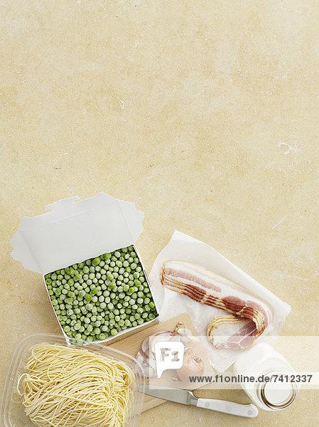 Frische Nudeln  Erbsen  Speck und Zwiebeln