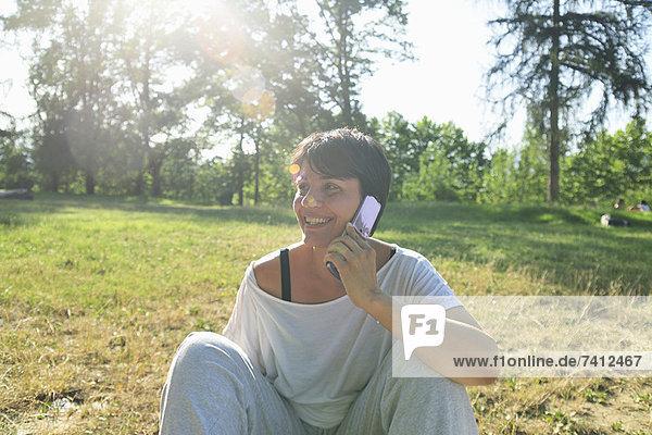 Frau spricht auf dem Handy im Freien