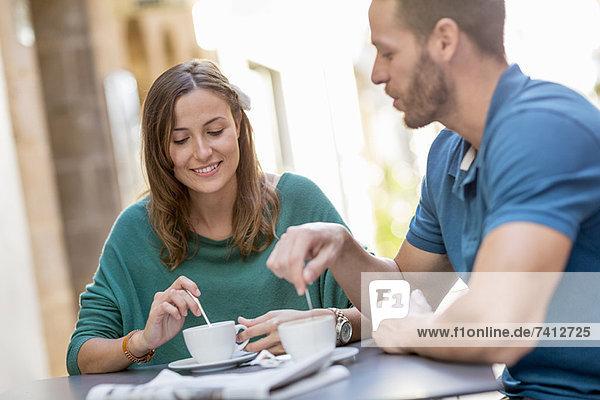 Pärchen beim Kaffeetrinken im Straßencafé
