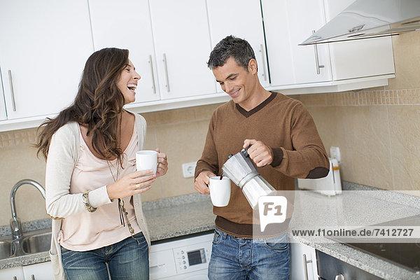 Paar beim Kaffee in der Küche