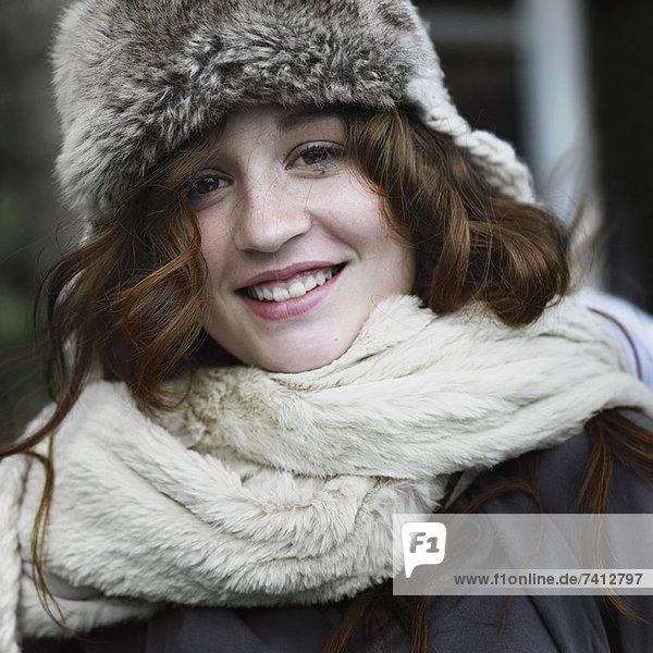 Lächelnde Frau mit Hut und Schal