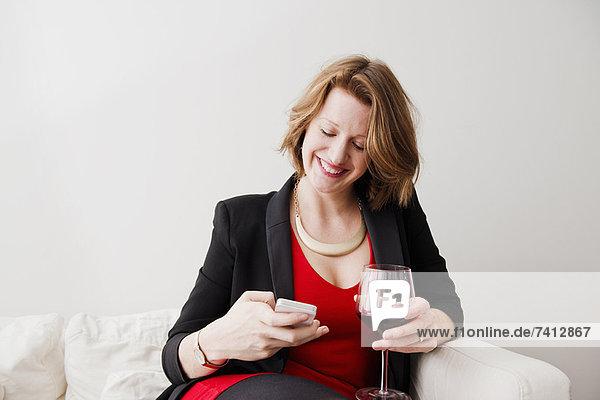 Frau mit Wein per Handy