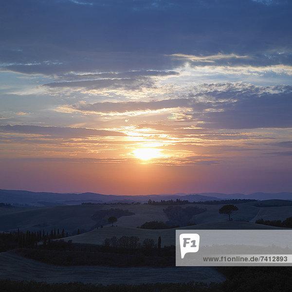 Sonnenuntergang über ländlicher Landschaft