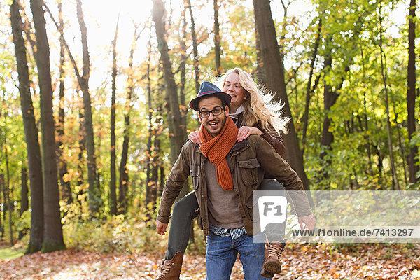 Mann mit Freundin im Wald
