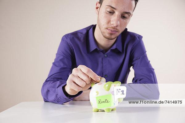 Junger Mann spart für die Rente Junger Mann spart für die Rente