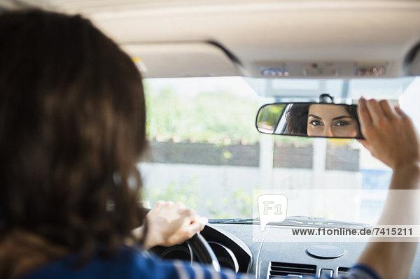 Frau  Auto  berichtigen  Rückansicht  Ansicht  Spiegel
