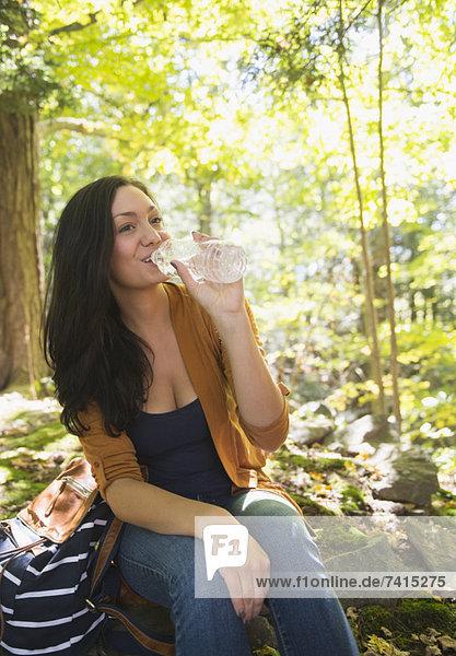 Frau Trinkwasser in forest