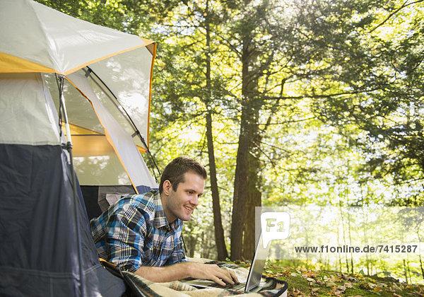 Außenaufnahme  benutzen  Mann  Notebook  Zelt