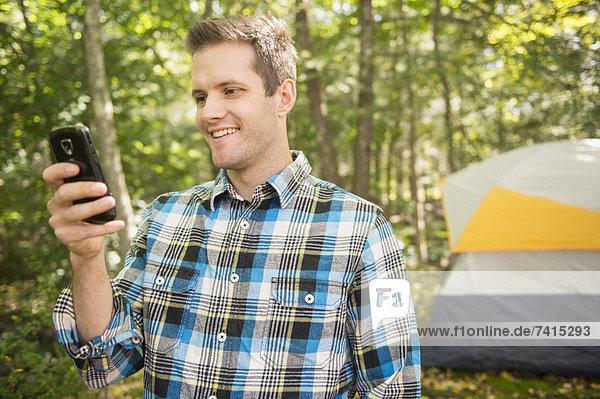Handy  benutzen  Mann  Wald