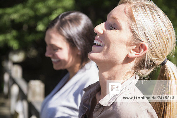 Zwei Frauen lächelnd Außenaufnahme