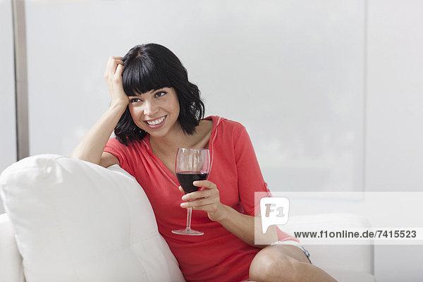 sitzend  Frau  Couch  Glas  Wein  jung