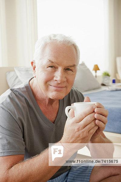 Senior  Senioren  Mann  Becher  halten