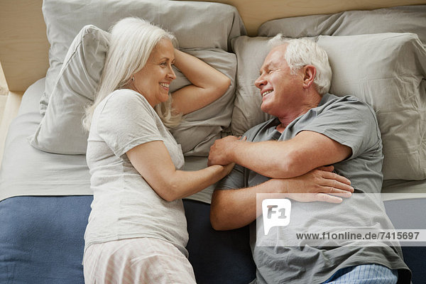 liegend  liegen  liegt  liegendes  liegender  liegende  daliegen  Senior  Senioren  lachen  Bett
