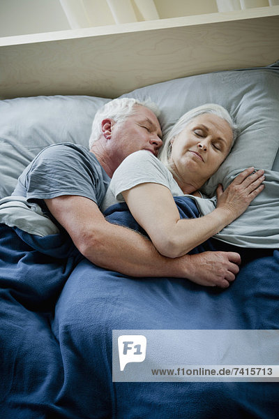 Senior  Senioren  umarmen  schlafen
