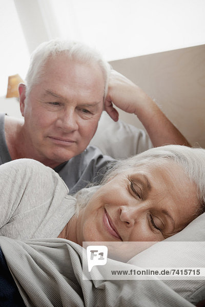 Senior  Senioren  Mann  sehen  Ehefrau  Bett  schlafen