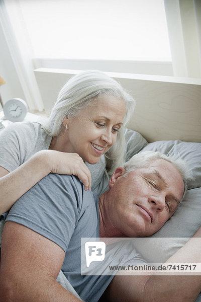 liegend  liegen  liegt  liegendes  liegender  liegende  daliegen  Senior  Senioren  Portrait  Morgen  Bett