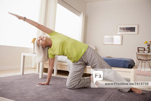 ältere Frau üben yoga