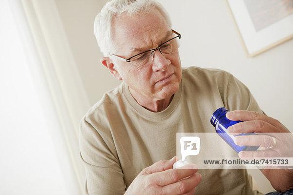 Senior  Senioren  Mann  Gesundheitspflege  halten  Kolben