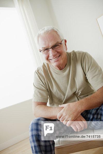 Senior  Senioren  Portrait  Mann  Fröhlichkeit  Brille  Kleidung