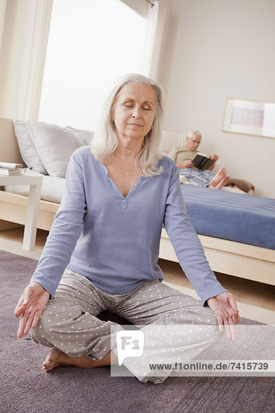 Senior  Senioren  Frau  üben  Hintergrund  Yoga  Ehemann  vorlesen