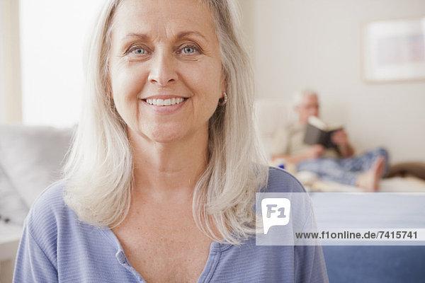 Senior  Senioren  Frau  lächeln  Hintergrund  Ehemann  vorlesen