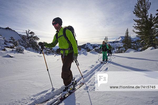 nahe  Berg  Snowboardfahrer  See  Pulverschnee  Nevada  Gesichtspuder  Kalifornien  Ski  Schnee