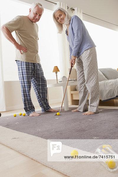 Interior  zu Hause  Senior  Senioren  Golfsport  Golf  spielen