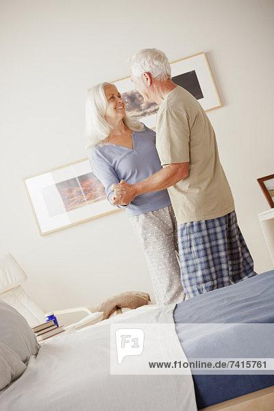 älteres Paar dancing in Schlafzimmer