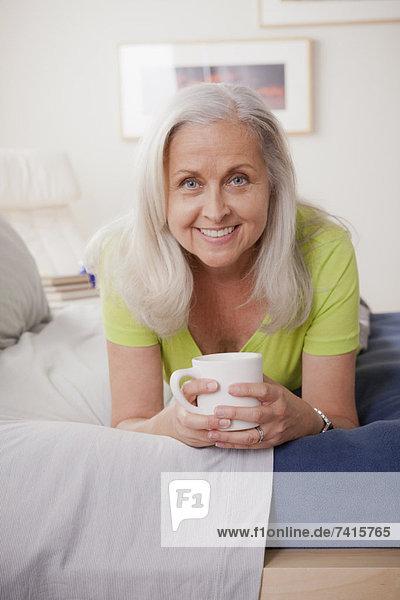 Senior  Senioren  Portrait  Frau  Fröhlichkeit  Tasse  halten  Kaffee