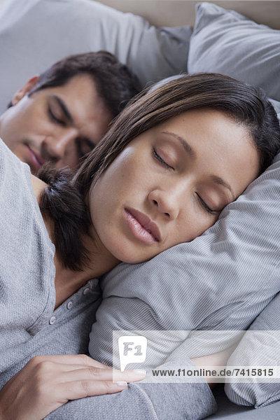 Paar schläft im Bett