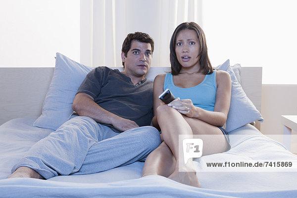 sitzend  sehen  Bett  Fernsehen