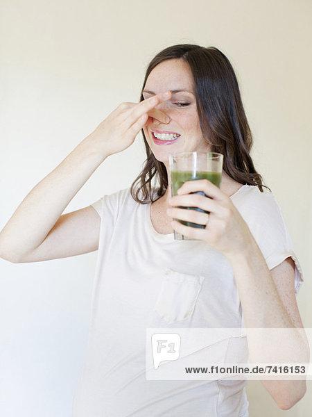 Portrait  Frau  grün  Schwangerschaft  Mittelpunkt  trinken  Saft  Erwachsener