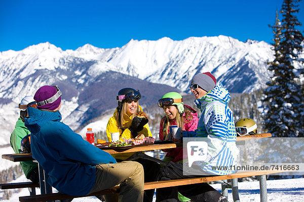 Berg  Snowboardfahrer  Fröhlichkeit  hoch  oben  Urlaub  Mittagessen