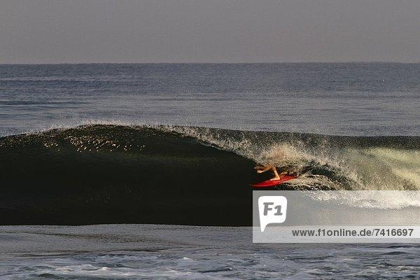 einsteigen  klein  fahren  sauber  rot  Mexiko  Wellenreiten  surfen