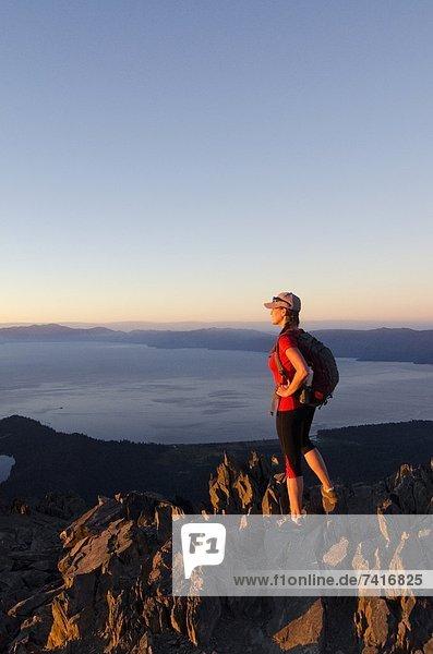 Berggipfel  Gipfel  Spitze  Spitzen  Fröhlichkeit  Sonnenuntergang  See  wandern  Kalifornien  Ansicht  Berg