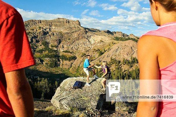 hoch  oben  Felsbrocken  Ehefrau  Abenteuer  Hilfe  wandern  sehen  Klettern  Ehemann