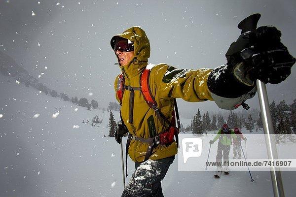 hoch  oben  Mann  Kälte  sehen  Beleuchtung  Licht  Sturm  Skisport  unbewohnte  entlegene Gegend  1