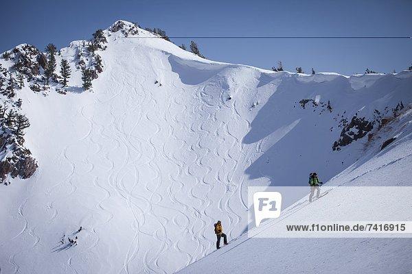 hoch  oben  Berg  Hintergrund  groß  großes  großer  große  großen  wandern  unbewohnte  entlegene Gegend  2  Ski
