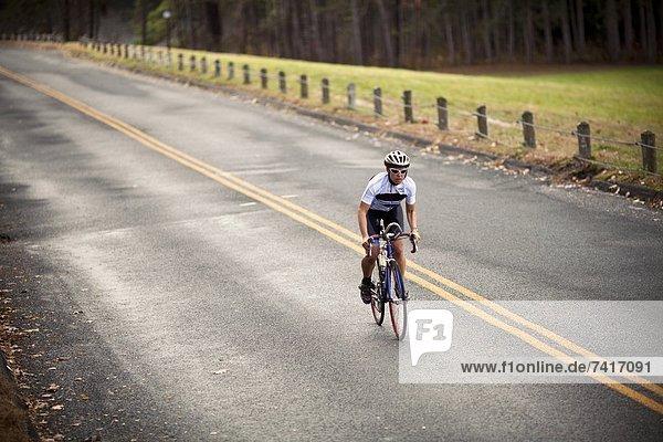 hoch oben Hügel Fahrradfahrer Fernverkehrsstraße