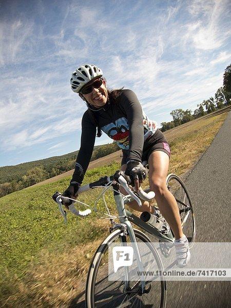 Ländliches Motiv  ländliche Motive  Sport  fahren  Fahrradfahrer  Fernverkehrsstraße  vorwärts