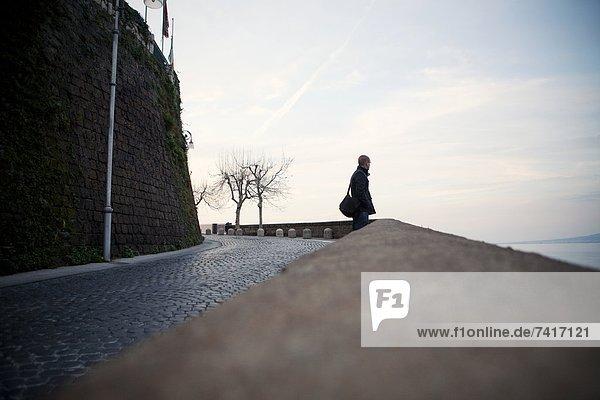 Kopfsteinpflaster  Mann  über  Straße  Bucht  Italien  Neapel  Sorrento