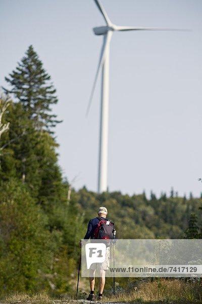 Windturbine Windrad Windräder Mann folgen Hintergrund wandern vorwärts