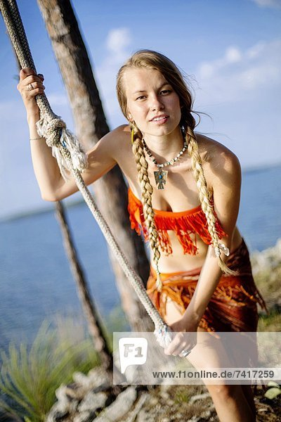 schaukeln  schaukelnd  schaukelt  schwingen  schwingt schwingend  Frau  halten  sehen  Seil  Tau  See  Blick in die Kamera  jung  Alabama  Schaukel