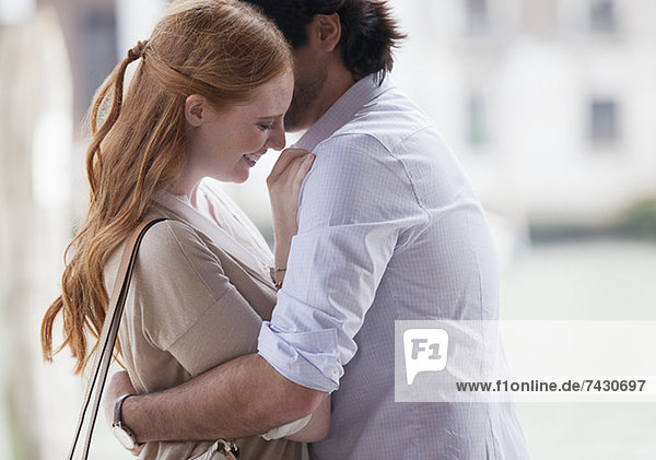 Lächelndes Paar umarmend