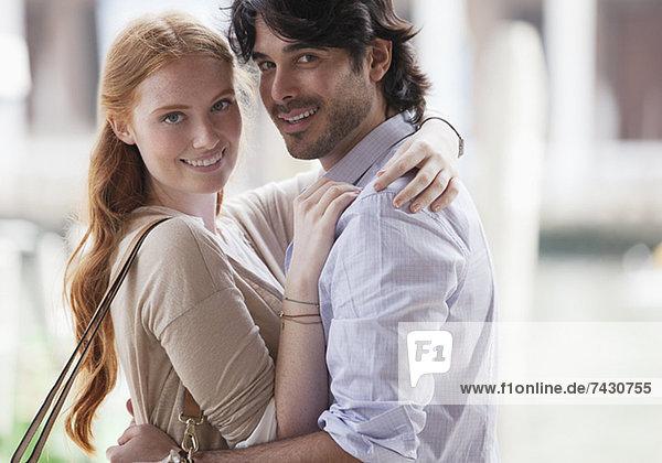 Porträt eines lächelnden Paares beim Umarmen