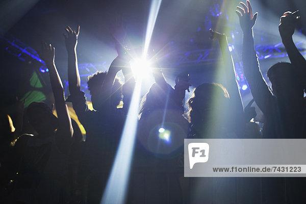 Spotlight über der Menge tanzen auf der Tanzfläche