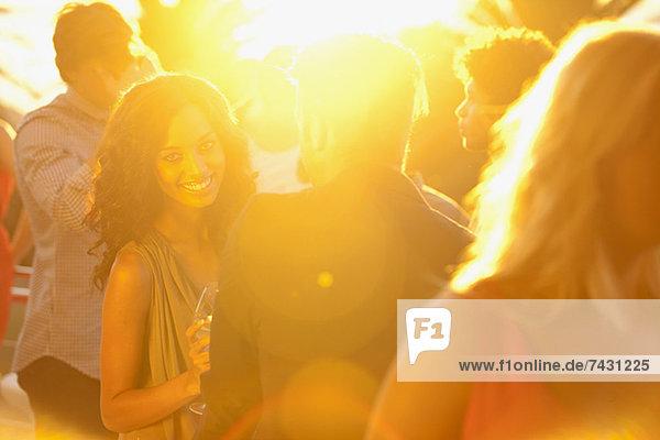 Spotlight hinter tanzenden Paaren auf der Tanzfläche