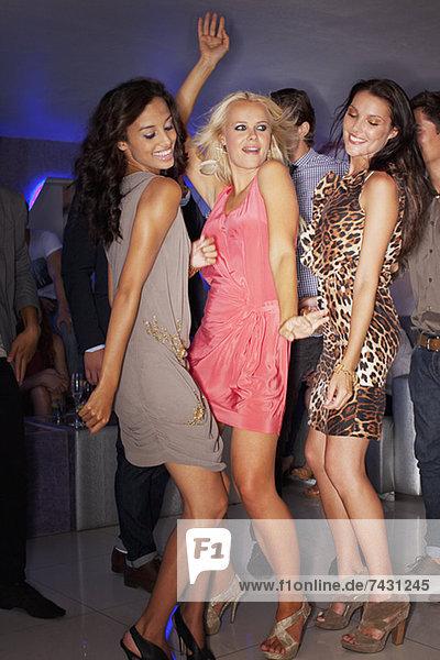 Frauen tanzen im Nachtclub