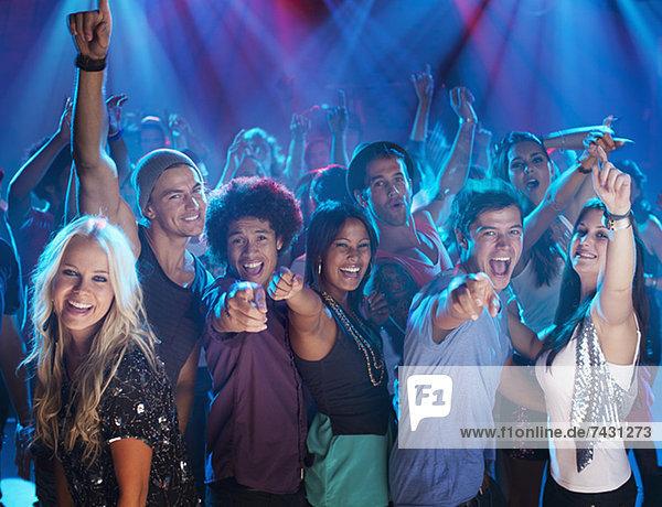 Porträt des begeisterten Publikums auf der Tanzfläche des Nachtclubs