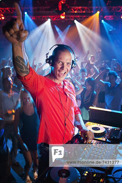 Porträt des begeisterten DJs am Plattenteller im Nachtclub